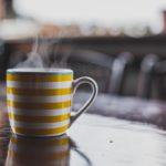 Sprawdź, dlaczego warto zastąpić kawę białą herbatą
